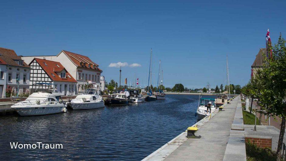 Ueckermünde mit seinem Stadthafen. Boote im Sommer
